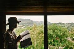 时髦的行家人在窗口有看法坐山和 图库摄影