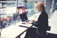 时髦的行家女孩为遥远的自由职业者的工作便携式的网书使用在她的假期时在中国 免版税库存照片