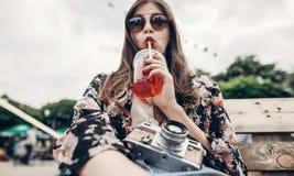 时髦的行家妇女饮用的柠檬水 牛仔布的凉快的boho女孩 免版税库存照片