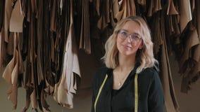 时髦的裁缝金发碧眼的女人审查未来衣裳的样式 影视素材