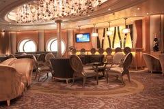 时髦的设计师的酒吧内部 免版税库存图片