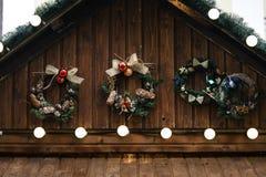 时髦的豪华圣诞节诗歌选点燃并且缠绕wwooden c 免版税库存照片