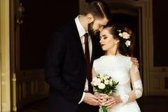 时髦的豪华拥抱在b的新娘和英俊的典雅的新郎 库存图片