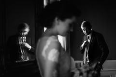 时髦的豪华摆在ba的新娘和英俊的典雅的新郎 免版税图库摄影