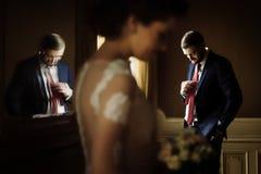 时髦的豪华摆在ba的新娘和英俊的典雅的新郎 免版税库存照片