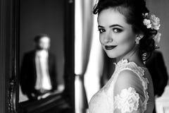时髦的豪华新娘和英俊的典雅的新郎backgrou的 免版税库存照片