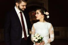 时髦的豪华新娘和英俊的典雅的新郎backgroun的 图库摄影