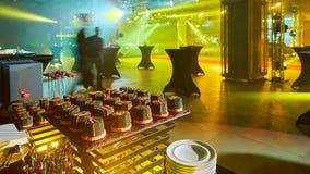 时髦的豪华装饰了愉快的夫妇婚礼的庆祝的橙色棒棒糖, cathering在餐馆 免版税库存照片