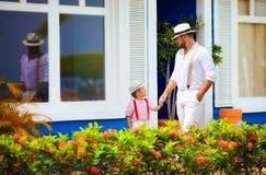 时髦的走在加勒比街道上的爸爸和儿子 免版税库存图片