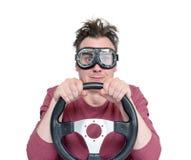 时髦的风镜的人与方向盘,隔绝在白色背景 汽车司机概念 免版税库存照片