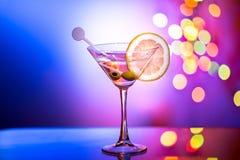 时髦的马蒂尼鸡尾酒玻璃有bokeh背景 库存照片