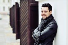 时髦的年轻人微笑的英俊的人 方式室外纵向 库存图片