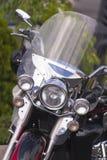 时髦的经典摩托车有防护挡风玻璃正面图 库存图片