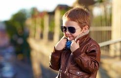 时髦的从冷气候的男孩掩藏的面孔 图库摄影