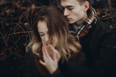 时髦的轻轻地拥抱行家男人和的妇女,在澳大利亚的嫩接触 库存照片