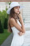 时髦的年轻旅游妇女 免版税库存图片