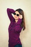 戴时髦眼镜的妇女 免版税库存照片