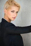 时髦短发金发碧眼的女人妇女 免版税库存照片