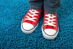 时髦红色相反的运动鞋,都市样式 库存图片
