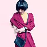 时髦葡萄酒外套的夫人 免版税库存图片
