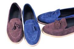 时髦蓝色和米黄,在白色背景隔绝的两双对鞋子 手工制造鞋子 库存图片