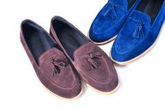 时髦蓝色和米黄,在白色背景隔绝的两双对鞋子 手工制造鞋子 库存照片