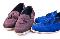 时髦蓝色和米黄,在白色背景隔绝的两双对鞋子 免版税库存照片
