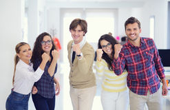 时髦衣物的笑的年轻企业家庆祝成功的 图库摄影