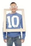 时髦马眼罩太阳镜的逗人喜爱的嬉戏的人 免版税库存照片