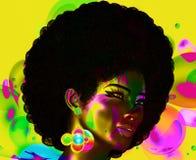 时髦,卷曲非洲头发由这个现实3d模型留着 她在泡影前面五颜六色的抽象背景摆在 图库摄影