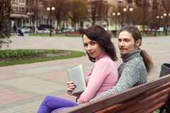 时髦年轻学生夫妇在使用片剂的镇 免版税库存照片