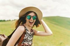 时兴太阳镜举行的时髦的旅客行家妇女 免版税库存照片