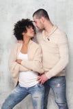 时兴年轻夫妇摆在 库存图片