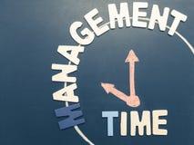 时间安排字词和手在上午10点的文字时钟在黑色 免版税库存图片