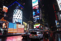 时代广场在雨下的夜之前 免版税库存图片