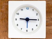 时间序列的系列在简单的白色模式时钟的 库存图片