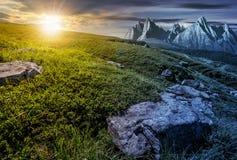 时间更改概念 有巨大的石头的草甸在山顶部 免版税库存图片