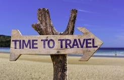 时刻旅行与一个海滩的木标志在背景 免版税库存照片