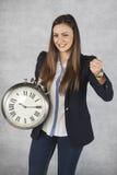 时间是力量、女商人和成功她的姿态  库存照片