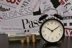 时间是金钱,事务,财政隐喻,时钟,硬币 免版税库存图片