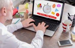 时间有限在膝上型计算机屏幕上的销售概念 库存图片