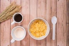 时刻用早餐用牛奶、咖啡和玉米片 图库摄影