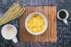 时刻用早餐用牛奶、咖啡和玉米片 库存图片