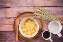 时刻用早餐用牛奶、咖啡和玉米片 库存照片