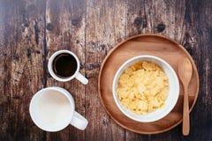 时刻用早餐用牛奶咖啡和玉米片 免版税库存图片