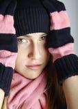 时兴的十几岁的女孩佩带的盖帽和围巾 免版税图库摄影