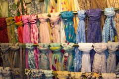 时兴的夫人围巾五颜六色的显示在垂悬的路轨的在礼品店 免版税库存照片