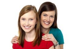 时兴的时髦女儿和妈妈 免版税库存图片