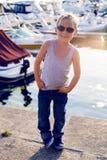 时兴的男孩佩带的太阳镜 免版税库存图片