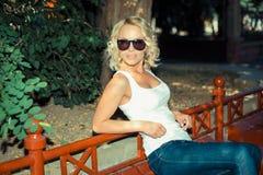 时兴的白肤金发的女孩画象  免版税图库摄影